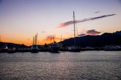 Bateaux à voile et yachts dans la marina dans Monténégro image stock
