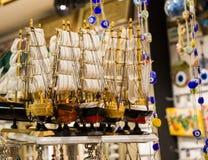 Bateaux à voile fabriqués à la main en vue Photos stock