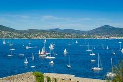 Bateaux à voile à la baie de Saint Tropez image stock
