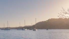Bateaux à voile sur le lac Windermere, secteur de lac - ressort coucher du soleil en mars 2019 tôt images libres de droits