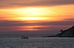 Bateaux à voile sur un fond d'un beau coucher du soleil rouge Photos stock