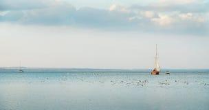 Bateaux à voiles au coucher du soleil Photo stock