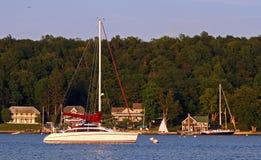 Bateaux à voiles au lac Ontario harbor de Henderson de coucher du soleil Image stock