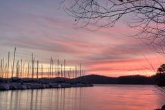 Bateaux à voiles au lever de soleil Photographie stock libre de droits