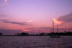 Bateaux à voiles au lever de soleil Photos stock