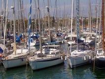 Bateaux à voiles aux docks photo stock