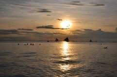 Bateaux à voiles contre le beau coucher du soleil à Boracay photo stock
