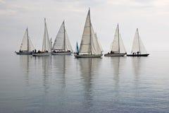 Bateaux à voiles dans l'eau calme photographie stock