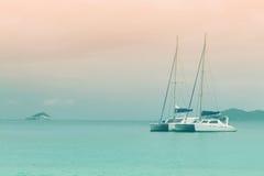 Bateaux à voiles dans l'océan Photos stock