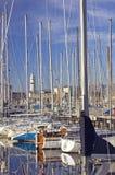 Bateaux à voiles dans le port Photo stock