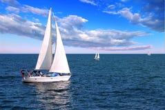 Bateaux à voiles en mer Photos stock