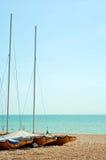 Bateaux à voiles enregistrés sur la plage Image libre de droits
