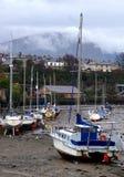 Bateaux à voiles, port et montagne photographie stock libre de droits