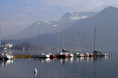 Bateaux à voiles sur le lac annecy Images libres de droits
