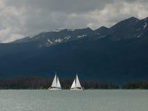 Bateaux à voiles sur le lac mountain Images stock