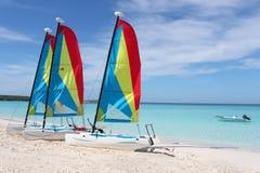 Bateaux à voiles tropicaux de plage photographie stock libre de droits