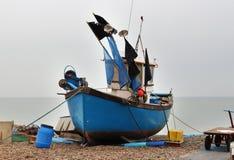 Bateaux échoués sur une plage de bardeau Photo stock