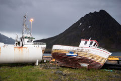 Bateaux abandonnés sur des îles de Lofoten, Norvège Photo stock