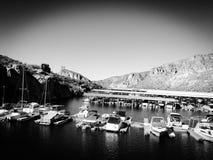 Bateaux accouplés dans la marina en noir et blanc Photo libre de droits