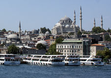 Bateaux accouplés de visite avec la mosquée de Suleymaniye à l'arrière-plan Image libre de droits