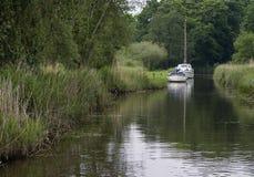 Bateaux amarrés en rivière Image stock