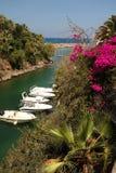 Bateaux amarrés en Sissi Bay Photographie stock