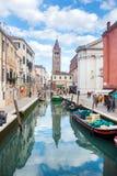 Bateaux amarrés le long du canal de l'eau à Venise Photos libres de droits