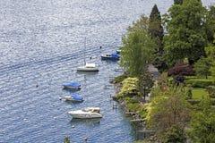 Bateaux amarrés le long du littoral à Montreux Photographie stock