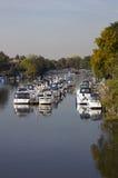 Bateaux amarrés sur le fleuve la Tamise au Hampton Court Photos stock