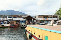 Bateaux ancrés dans le port dans Bitung photographie stock libre de droits