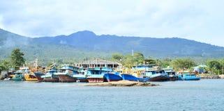Bateaux ancrés dans le port dans Bitung image stock