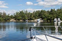 Bateaux ancrés et transportés par radeau à faire frire Pan Bay photo stock