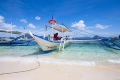 Bateaux attendant des touristes pour voyager entre les îles philippines Photos stock
