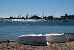 Bateaux au bord de la mer de morue de cap Image stock