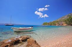 Bateaux au compartiment sur l'île de Brac photographie stock