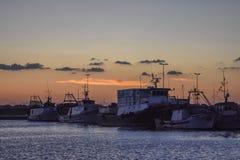 Bateaux au coucher du soleil photographie stock libre de droits