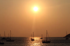 Bateaux au coucher du soleil Photos stock