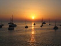 Bateaux au coucher du soleil sur la mer de Formentera Image stock