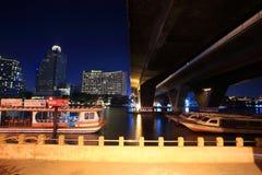 Bateaux au dock sur le fleuve Chao Phraya Photos stock