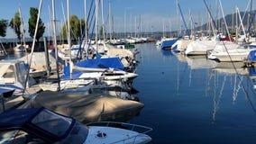 Bateaux au lac Constance Harbor banque de vidéos