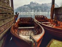 Bateaux au lac saigné, Slovénie photographie stock libre de droits