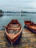 Bateaux au lac saigné, Slovénie image libre de droits