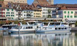 Bateaux au pilier dans Rapperswil, Suisse photo libre de droits