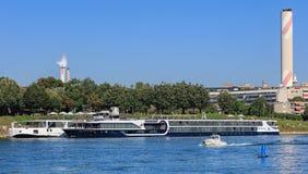 Bateaux au pilier sur le Rhin à Bâle, Suisse photographie stock libre de droits