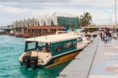 Bateaux au port à côté d'Ibrahim Nasir International Airport Image libre de droits