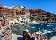 Bateaux au port d'Amoudi de la ville d'Oia sur l'île de Santorini Image libre de droits