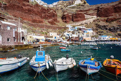 Bateaux au port d'Amoudi de la ville d'Oia sur l'île de Santorini Photographie stock