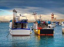 Bateaux au port maritime de Monopoli. Apulia. Image libre de droits