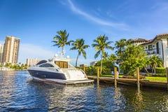 Bateaux aux maisons de bord de mer dans le Fort Lauderdale Photographie stock libre de droits