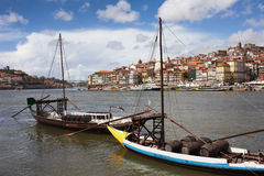 Bateaux avec des barils de vin sur la rivière de Douro à Porto Photo libre de droits